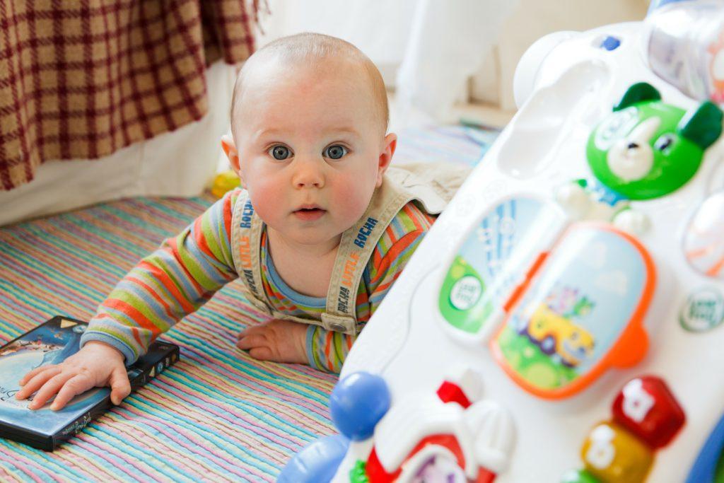Las alfombras de actividades se consolidan como los juguetes para bebés más vendidos