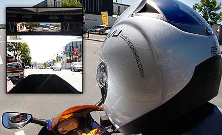 El casco con retrovisor llega a España para mejorar la seguridad vial de los motoristas