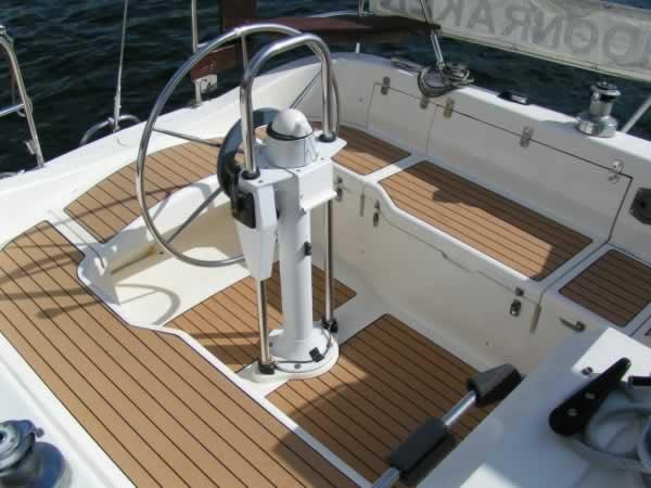 Cómo ahorrar en el mantenimiento de los barcos con las cubiertas de teca sintética